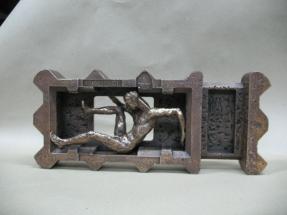 hombre en caja de bronce