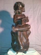 niña leyendo de bronce