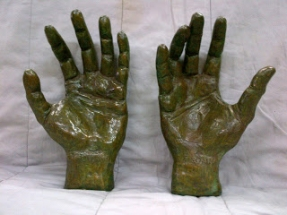 manos de bronce