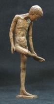 niño fundido en bronce