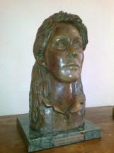 cabeza de mujer en bronce