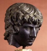 dios mitológico en bronce